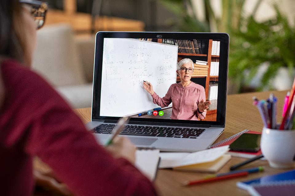 Bantu Pemerintah Wujudkan Pemerataan Pendidikan Berbasis Digital